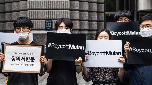 今年7月,韩国的学生和公民团体手举