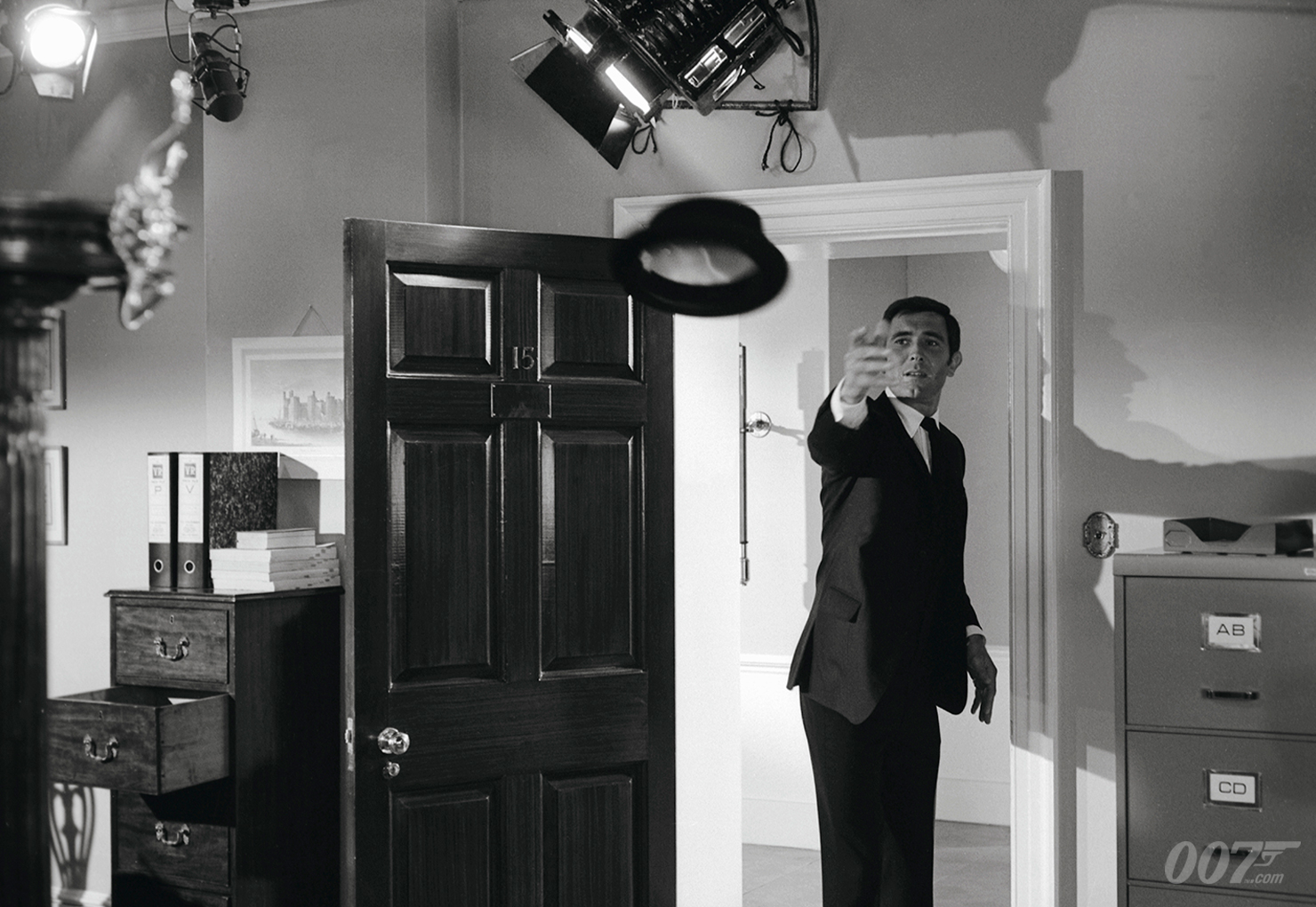 乔治·拉赞比在《女王密使》片场