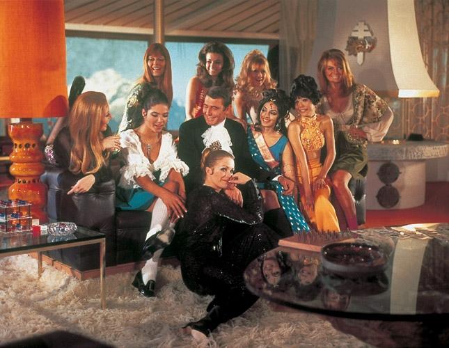 """《女王密使》中的""""邦女郎""""或许是系列电影人数最多的一次,但就是在这一集中,邦德情有所属"""