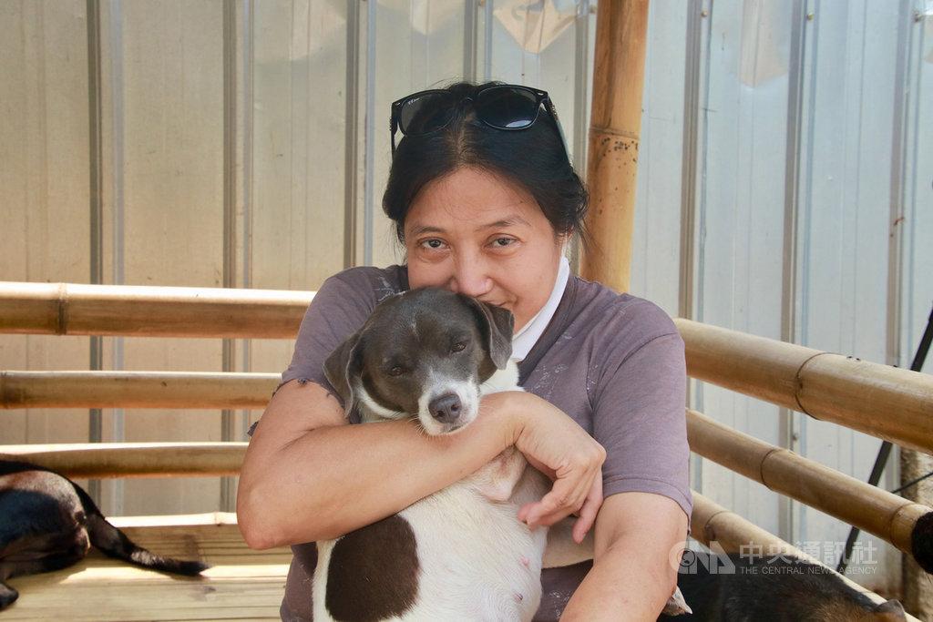 在雅加达一间诊所担任病理医检师的苏珊娜10多年前在雅加达南区佩加天开设动物收容所,已从屠宰场、餐馆援救出超过1000只的狗。中央社记者石秀娟雅加达摄 109年9月6日