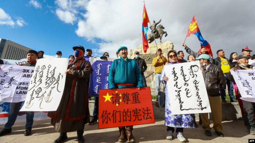 蒙古äoo在é|–都ä1Œå…°å·′托集会抗议ä¸-国当局在内蒙古实行双èˉ-æ•™å-|政ç-–。(2020å1′9月15æ—¥)