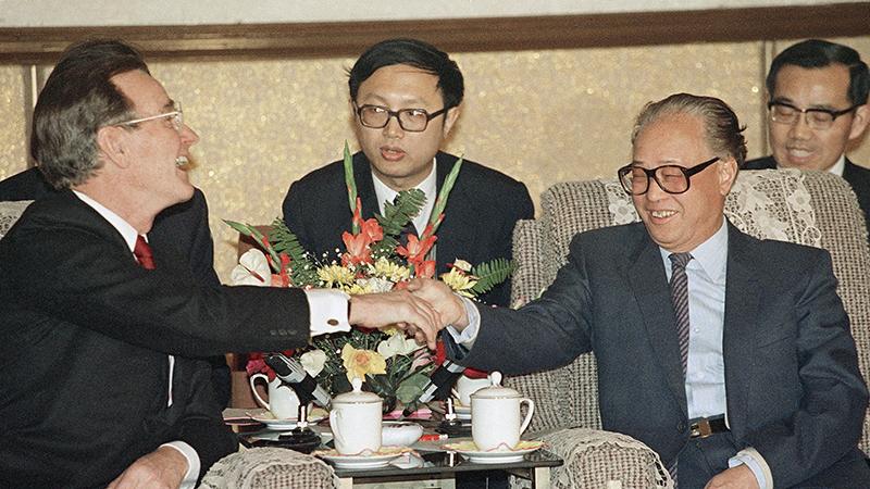 资料图片:1989年2月26日,时任中共总书记的赵紫阳(右)会见正在中国访问的美国总统布什。(美联社)