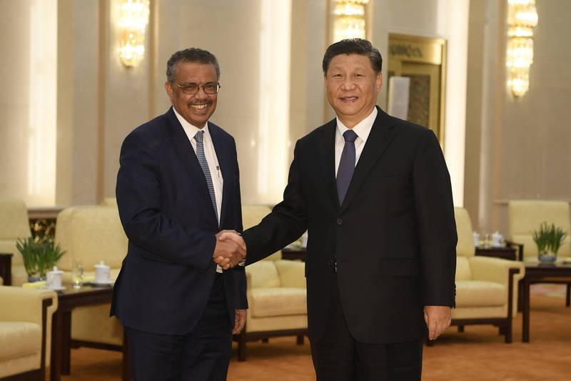 美国参议院外交委员会报告指出,谭德塞(左)领导的WHO与中国联手隐匿疫情。(美联社档案照)