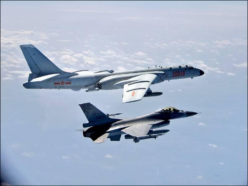 ä¸-國軍機擾台é-我F-16戰機監控及驅離。圖:達志影像/è·ˉ透社