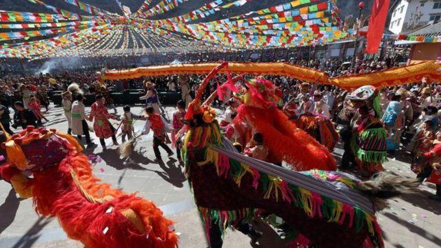 四川藏族民众庆祝藏族传统节日。