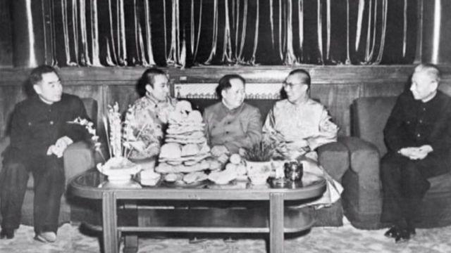 达赖喇嘛、班禅喇嘛上世纪50年代在北京与毛泽东、周恩来与刘少奇合影