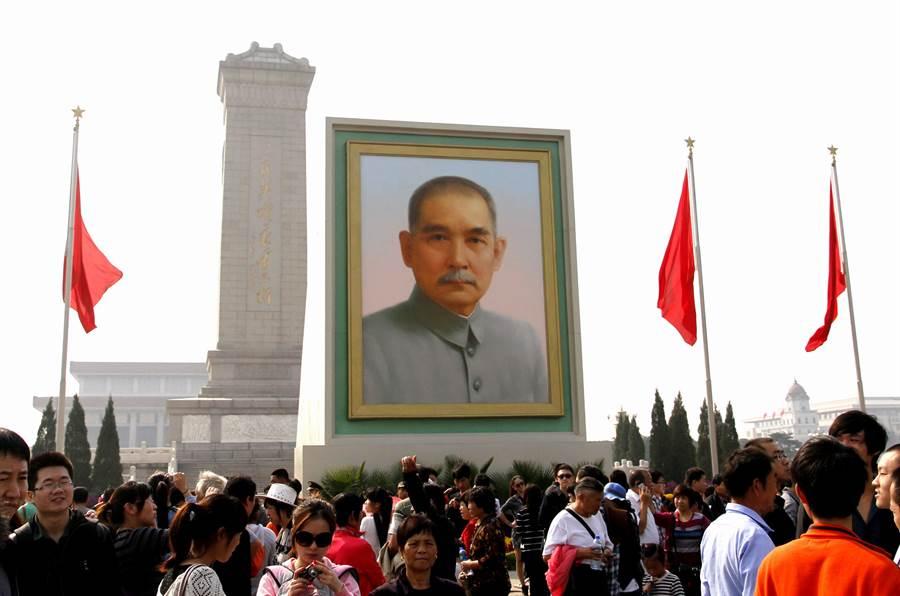 每年的劳动节与大陆「十一」国庆,北京天安门广场上都会竖起大型孙中山画像,此举多年来引发不少议论与质疑。(图/中新社)