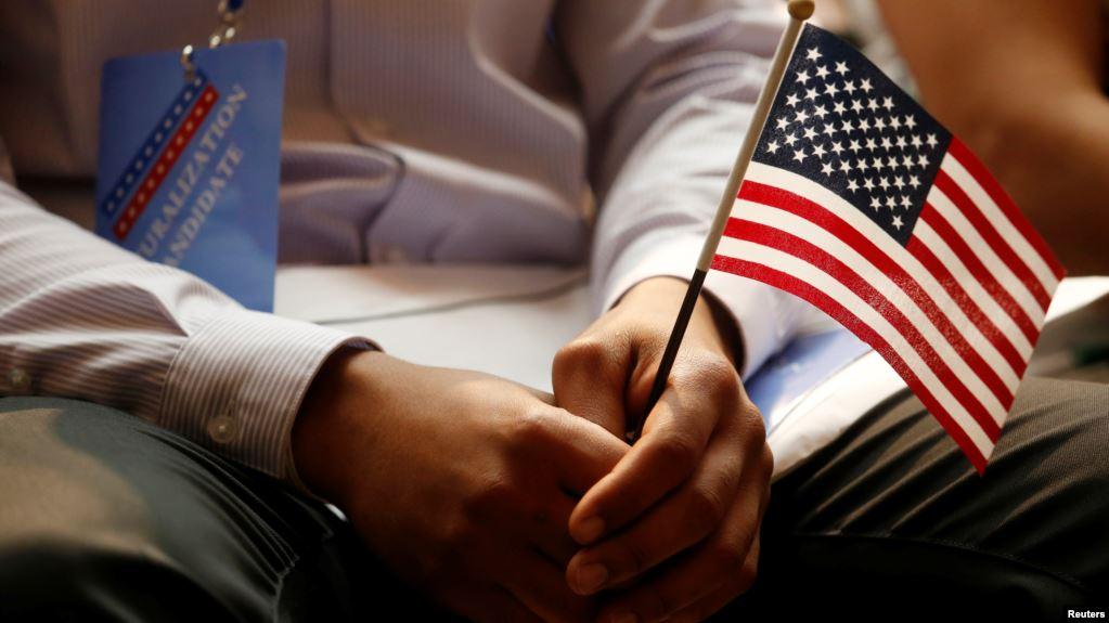 一名新å…¥籍的美国公民手持美国国旗