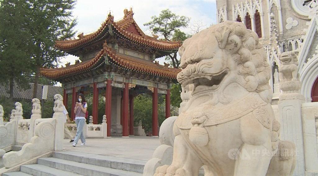 西什库教堂的最大特色是浓郁的中西合璧风。3层楼高的哥德式主建筑,正门外两侧却各有一对中国风格的石狮子及碑亭。图为石狮子和碑亭。中央社记者邱国强北京摄 109年10月7日