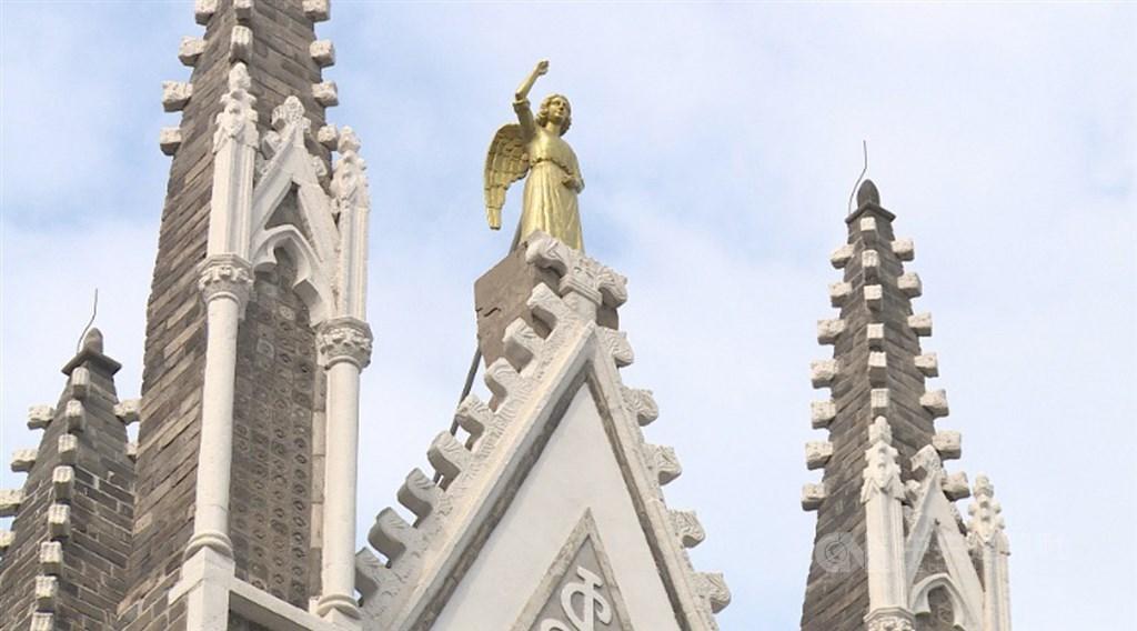 西什库教堂拥有11座尖塔,每座尖塔造型各有不同。图为大门尖塔上的雕塑及雕像。中央社记者邱国强北京摄 109年10月7日
