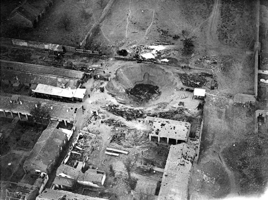 1900年6月,义和团攻进北京,围攻西什库教堂,並炸毁躲着大批教民的仁慈堂。(图取自维基共享资源,版权属公众领域)