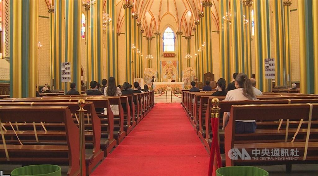 西什库教堂正准备跨过它的第3个庚子年。面对愈形紧缩的信仰空间,它正隐藏着沧桑,静静地让人仔细端详,虔诚祈祷。图为礼拜堂一景。中央社记者邱国强北京摄 109年10月7日