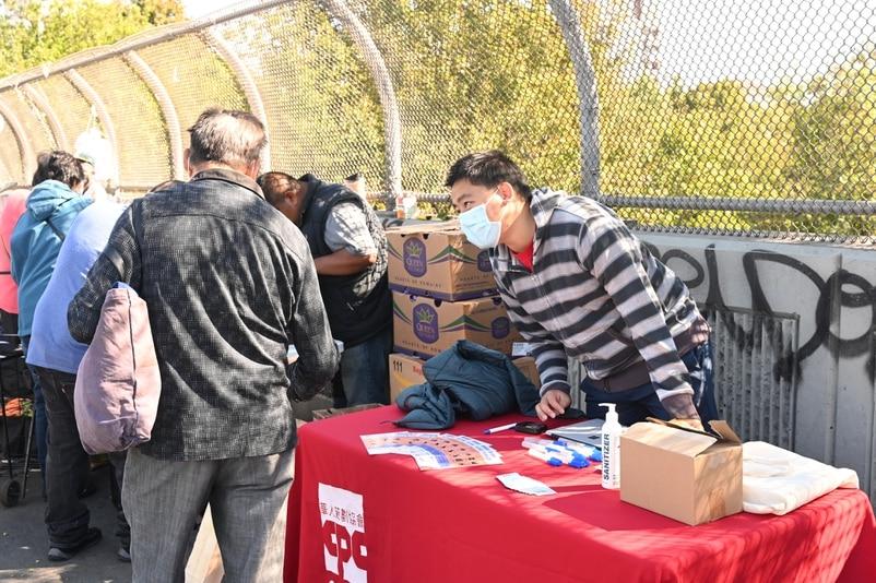 記者在紐約中國新移民聚居地布魯克林八大道,直擊選民登記情況。