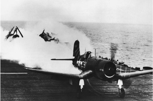 1944年10月,一架美国海军战斗机在喷射器助推起飞后降落在一艘航空母舰的甲板上。