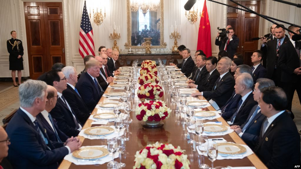 """""""明枪易躲,暗箭难防"""",布罗伊迪一案再次说明,中共暗中侵蚀美国已经不是秘密。图为美中两国在白宫签署明码标价的贸易协定后,双边代表团一起共进午餐。(法新社2010年1月15日)"""