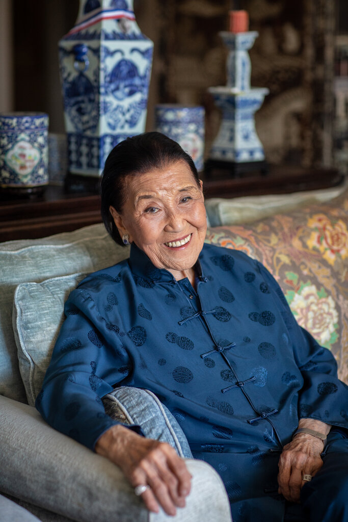 """2019年,江孙芸在旧金山的家中。在来到旧金山之前,她作为富家女,在""""二战""""期间徒步近700英里逃离了日本占领。"""