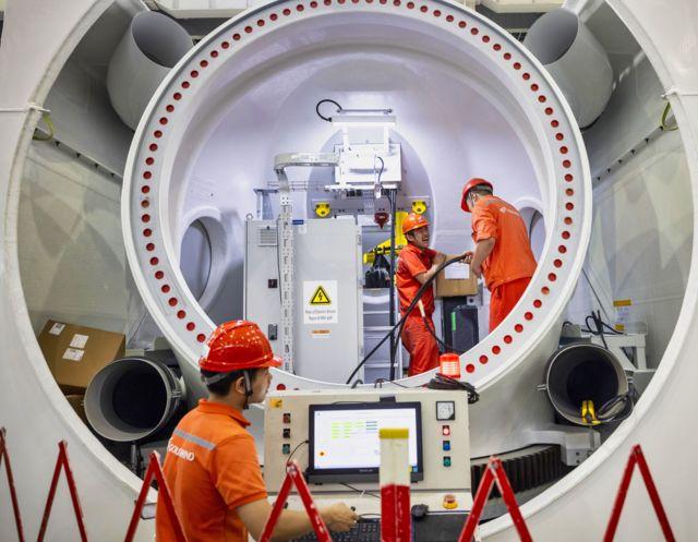 2020年10月工人在江苏省一家风能发电机制造厂工作。