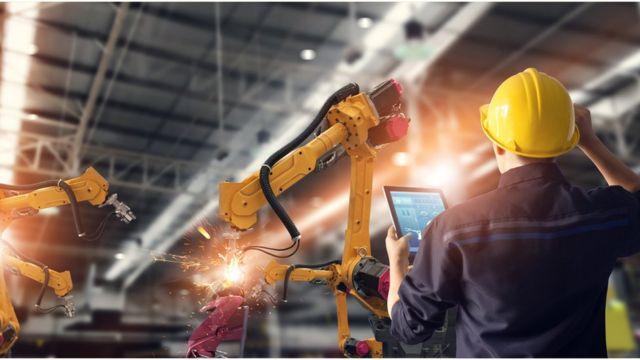 机器人和人在工厂车间