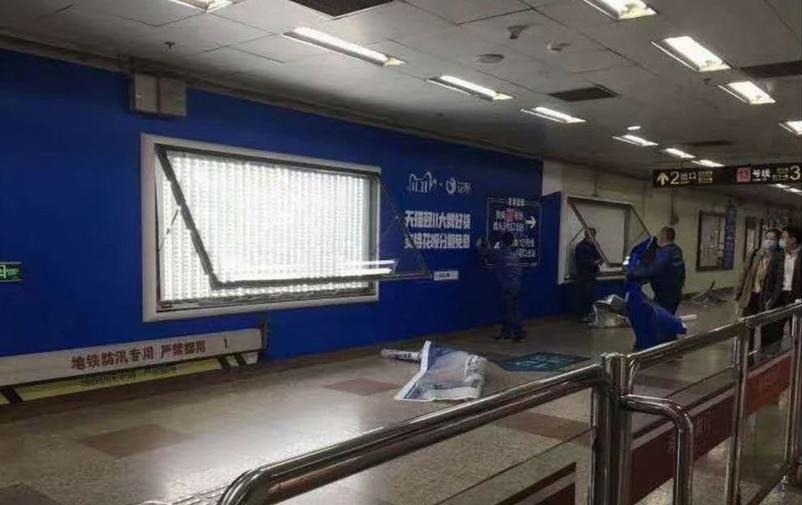 花唄在上海地鐵的廣告正被拆除。(互聯網)
