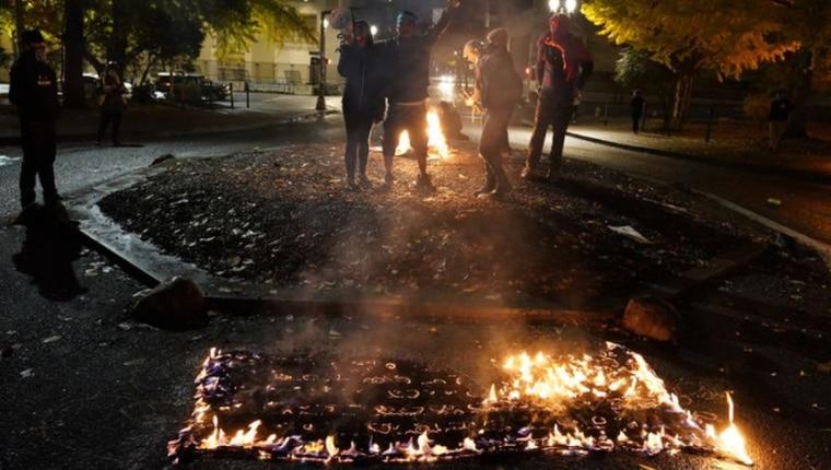 奥勒冈有抗议民众焚烧国旗。