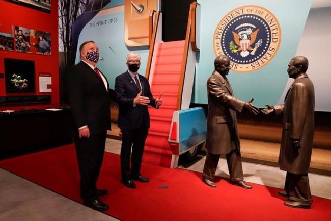 美国务卿彭佩澳在尼克松、周恩来铜像前.jpg