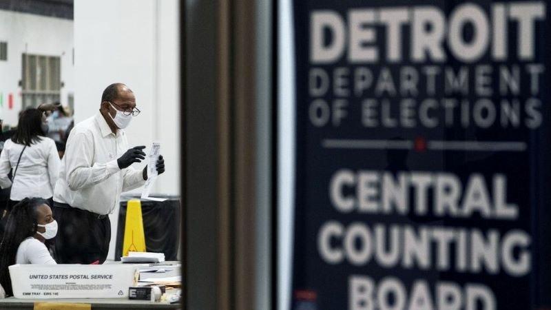 11月4日,密歇根州底特律市的计票站员工在清点选票。(AP/美联社)