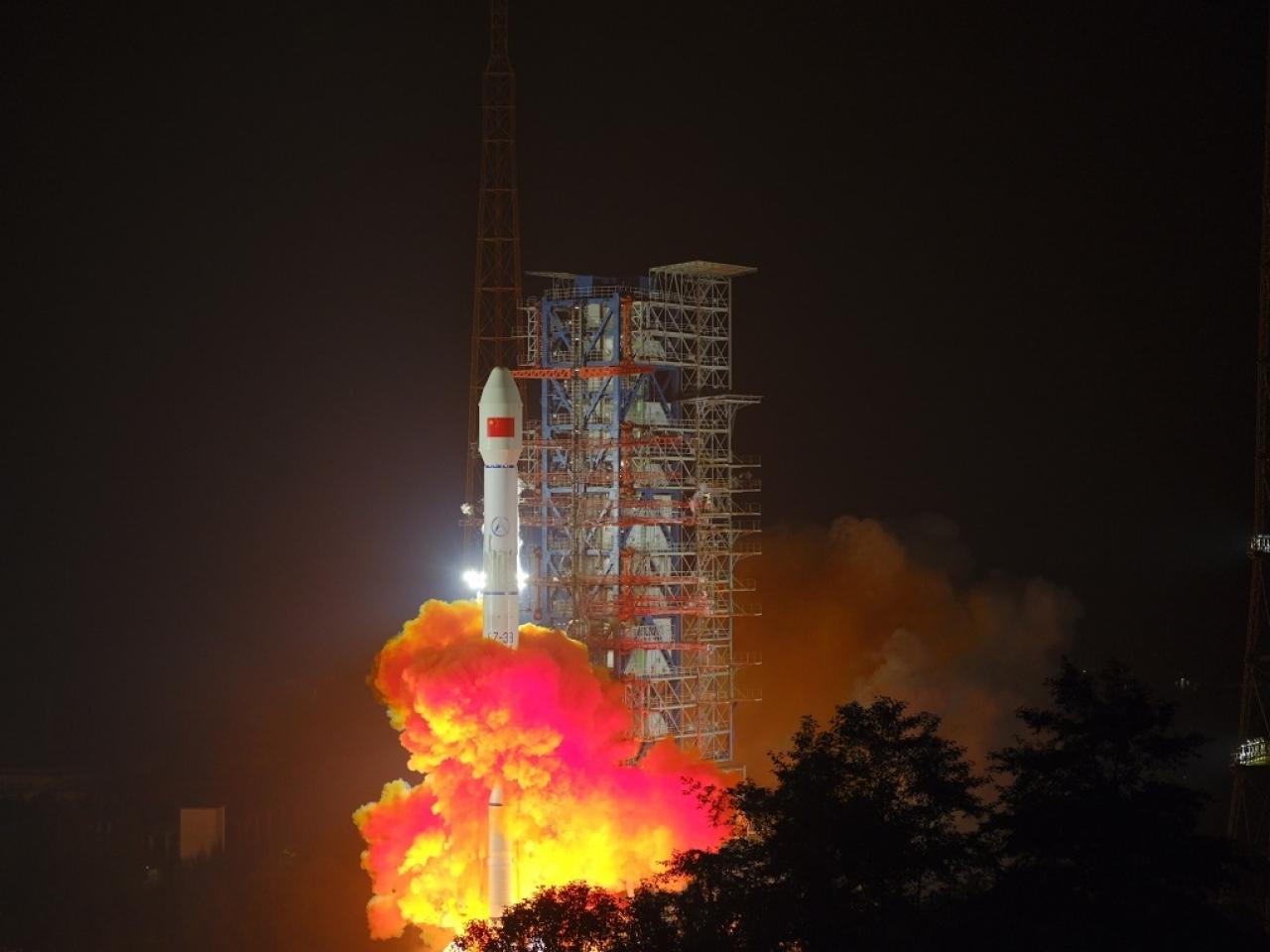 長征三號乙運載火箭凌晨在西昌衛星發射中心升空。(新華社)