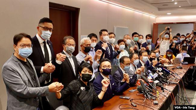 19名香港民主派立法会议员11月11日宣布集体总辞,对中国全国人大常委会通过,有关褫夺4名民主派议员的决定,表达强烈抗议 (美国之音/汤惠芸)