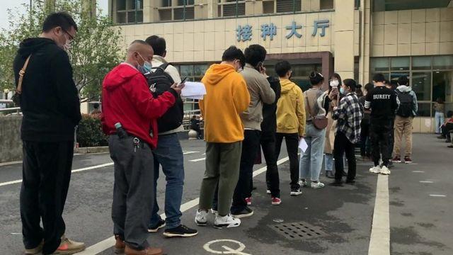 中国东部的义乌市已开始向公众提供新冠病毒疫苗。BBC记者现场直击当地数百名居民在社区医院外排队,缴钱后便可以注射。