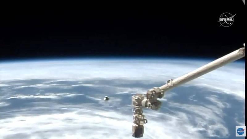 從NASA直播畫面可見,飛龍號太空船不斷接近國際太空站。(法新社)