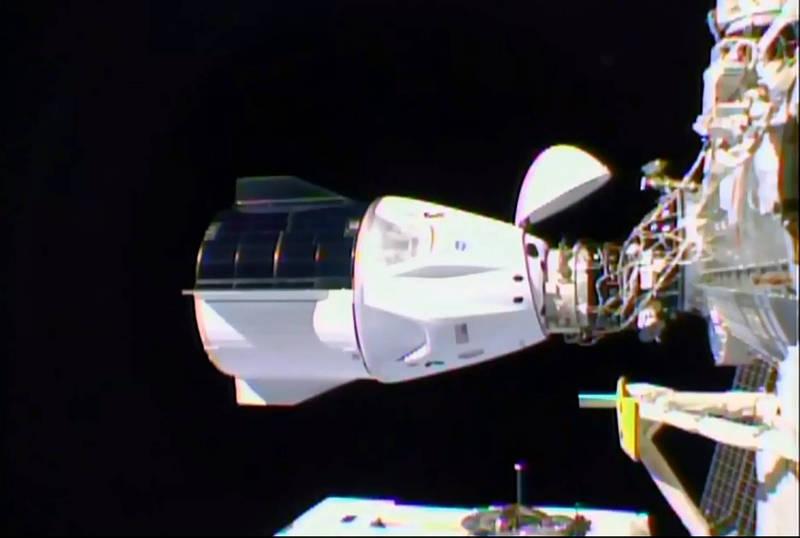 飛龍號太空船在台灣時間17日中午12時與國際太空站對接。(法新社)