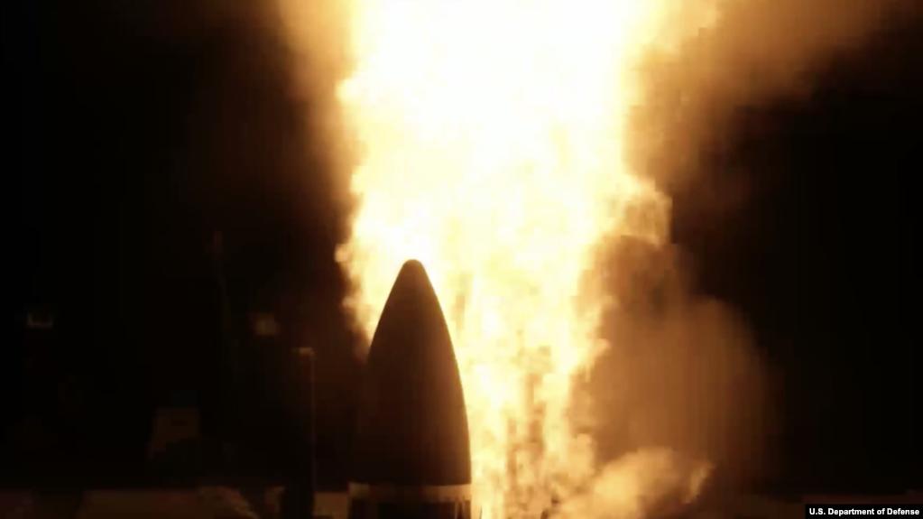 """""""约翰·芬号""""导弹驱逐舰在2020年11月17日的反导试验中发射一枚舰载标准-3型第二批次A款导弹(SM-3 Block IIA)(美国导弹防御局视频截图)"""