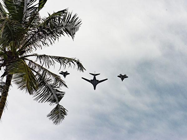 11月11日,部署在关岛的美军的B-1B轰炸机(中)与两架F-22猛禽战斗机编队飞行,以纪念退伍军人节。(美国空军)