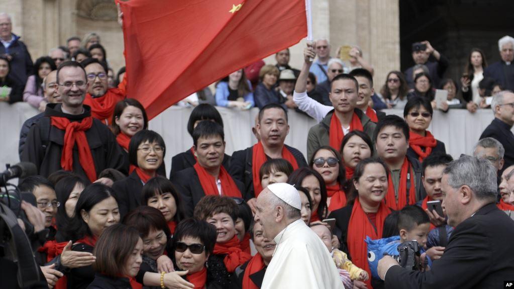 资料照:教宗方济各在梵蒂冈圣彼得广场与中国信徒见面。(2018年4月18日)
