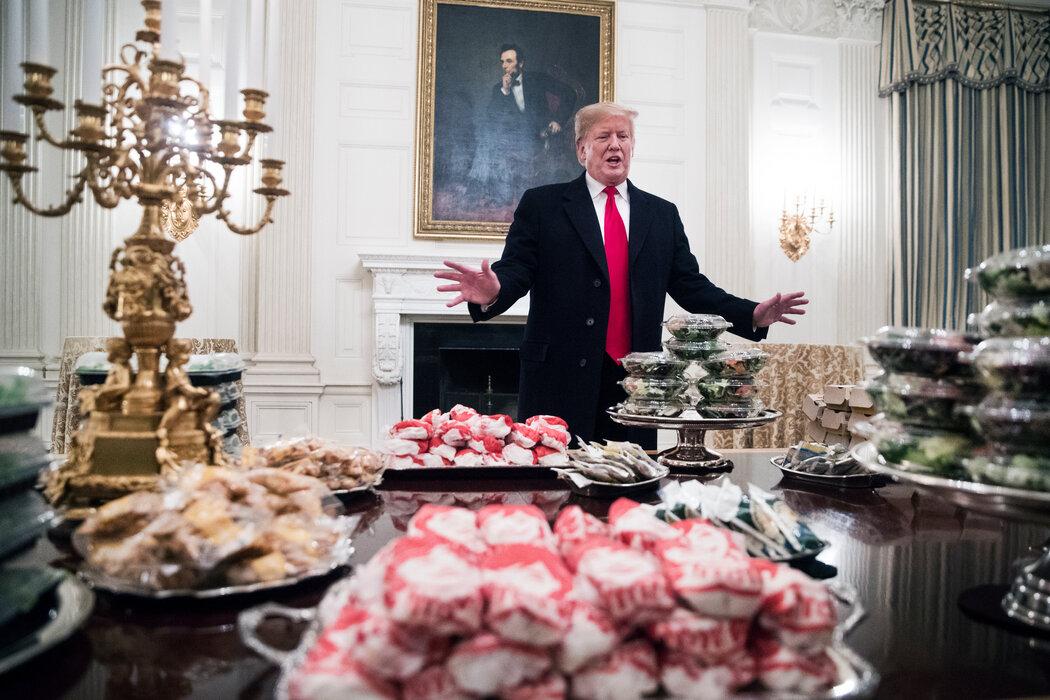 2019年初,在克莱姆森大学橄榄球队造访白宫、庆祝拿下全国冠军时,特朗普用一盘盘快餐招待他们。