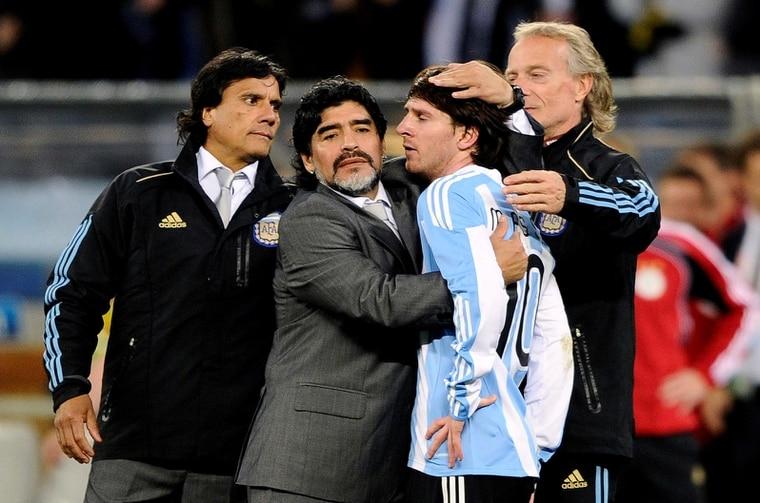 馬拉度納是2010年世界盃阿根廷國家隊的教練,10號球衣的梅西是隊上王牌。 路透