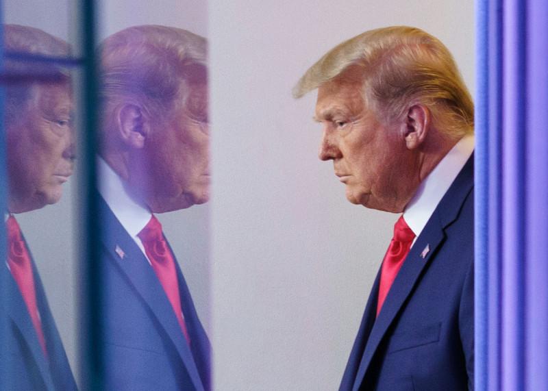 美國總統川普24日準備在白宮發表談話。(法新社)