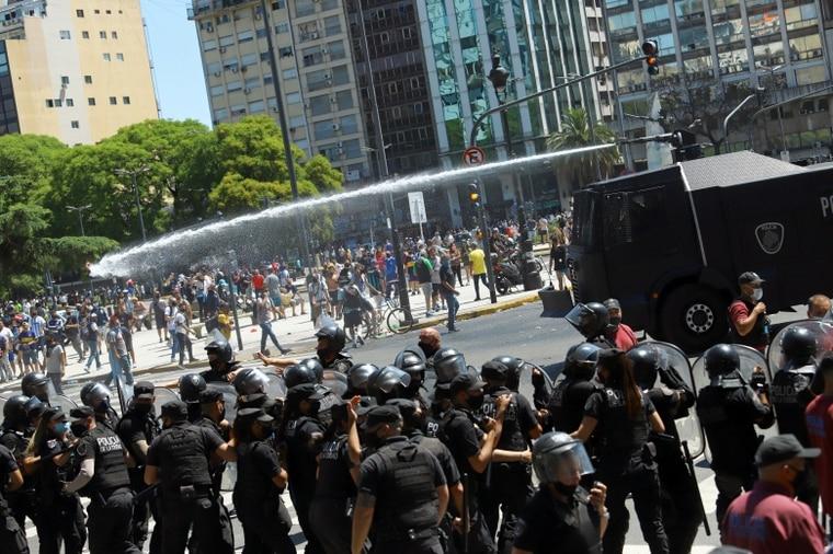 警方动用水砲