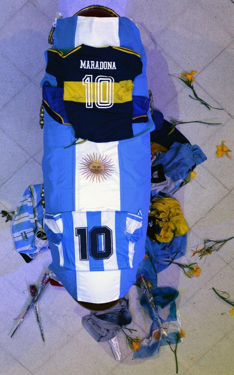 马拉度纳的棺木停放在阿根廷总统府供民众瞻仰。