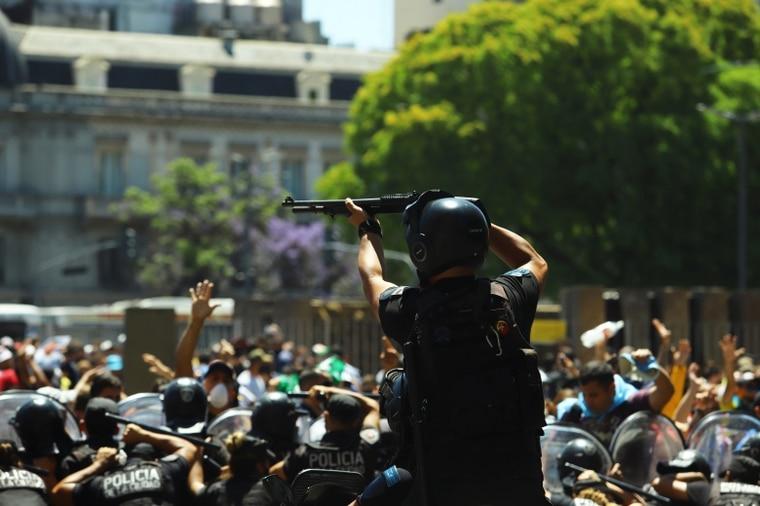 镇暴警察对民众举枪。