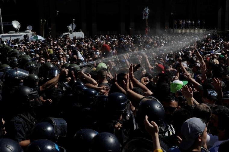 镇暴警察队球迷使用胡椒喷雾。