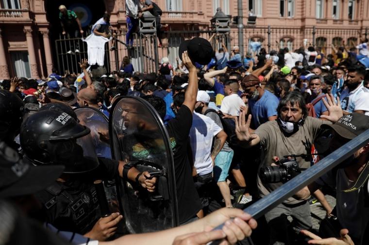 球迷与警方爆发衝突。