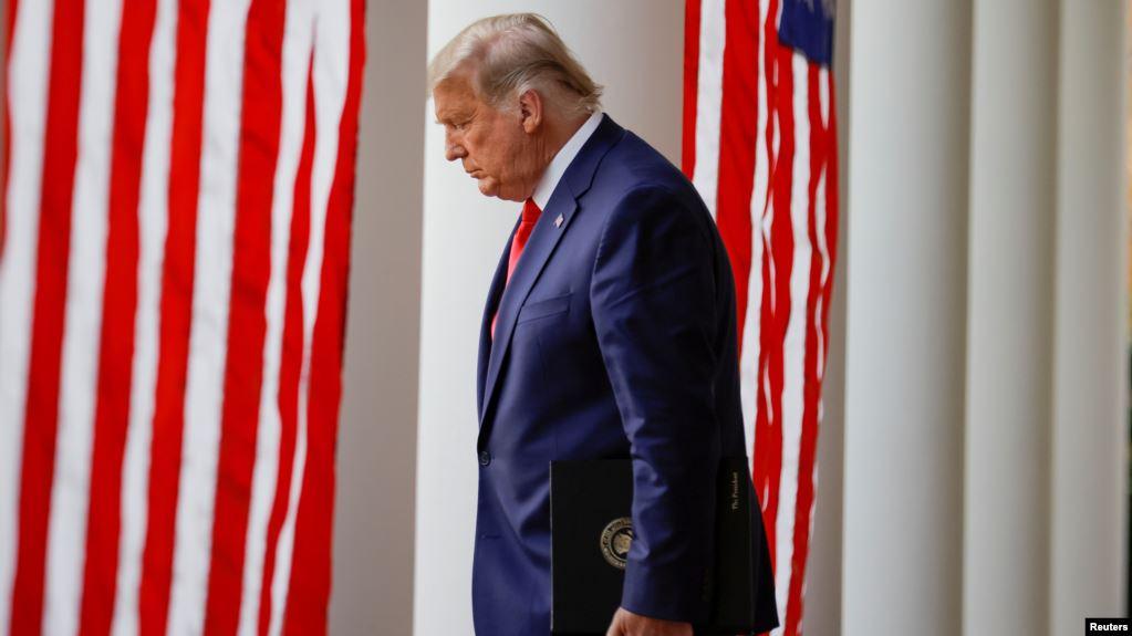 特朗普总统从白宫西翼的柱廊走到玫瑰园向媒体发表讲话。(2020年11月13日)