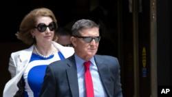 资料照片:前国家安全顾问迈克尔·弗林和律师悉尼·鲍威尔离开华盛顿的联邦法庭。 (2029年6月2日)