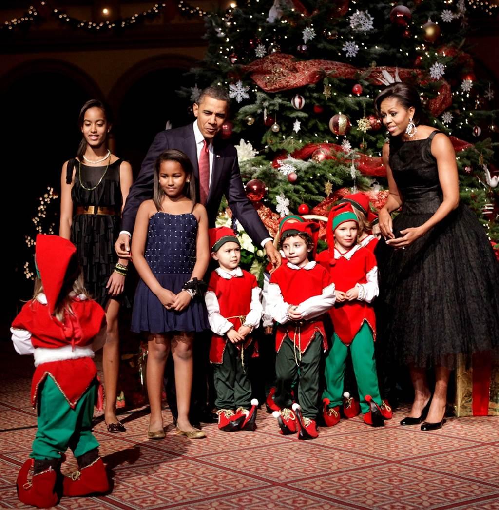 欧巴马小女儿莎夏(左二蓝色细肩带洋装小女孩)长大后变正妹。图为2010年一家人过耶诞的资料照。(资料照/TPG、达志影像)