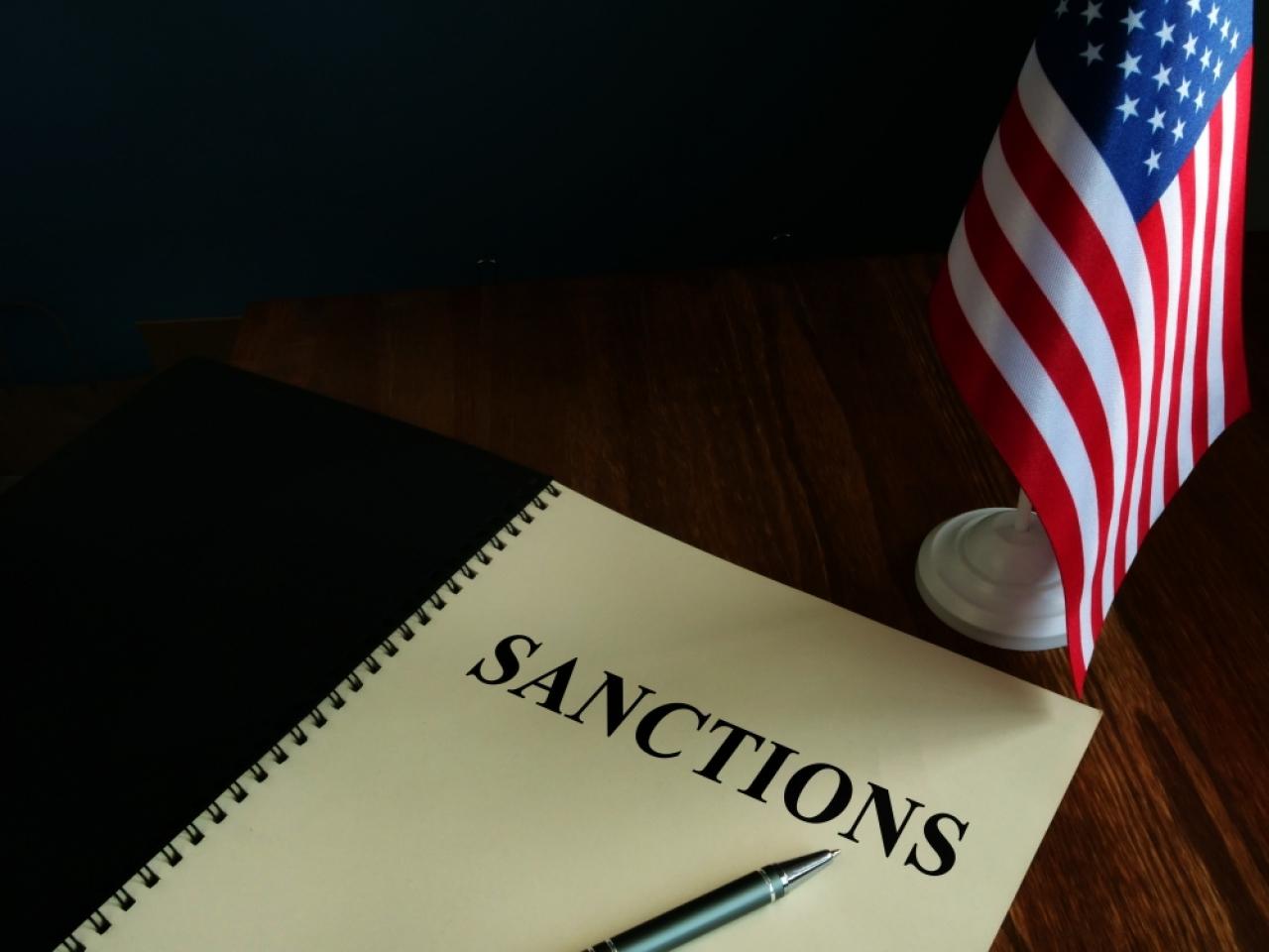 路透社報道,美國政府計劃制裁十多名中港官員,涉及取消多名香港民主派人士的議員資格。(Shutterstock)