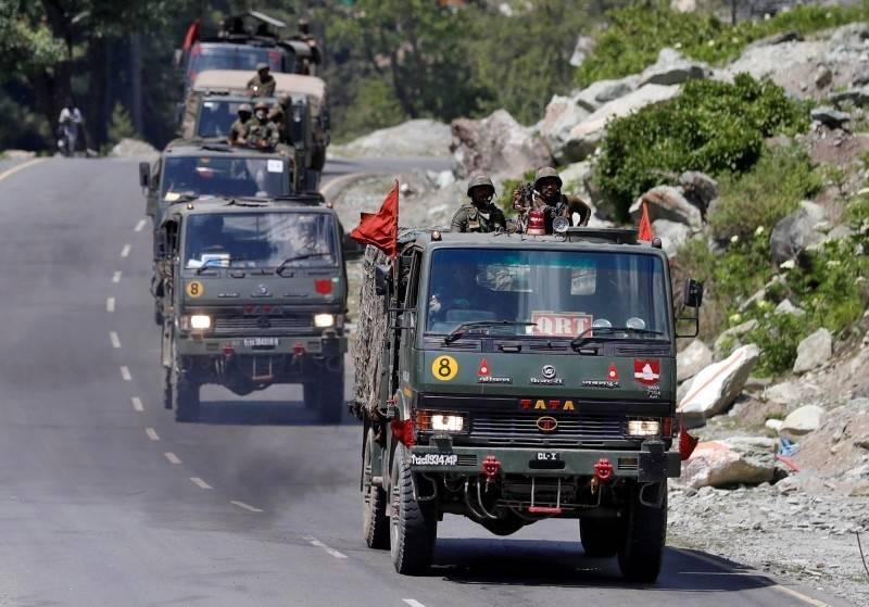 傳印度將重新部署130萬大軍,開啟可同時對付中國與巴基斯坦的兩線作戰模式。圖為6月間,印度陸軍一支車隊沿著通往拉達克的公路行駛。(路透)