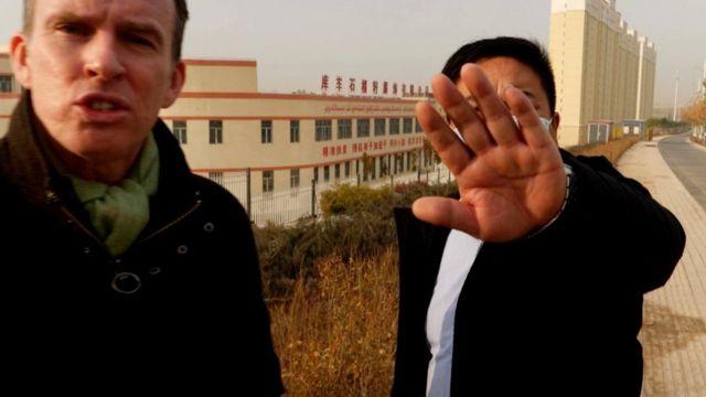 尽管BBC团队仅在工厂外的公共道路上拍摄,但还是多次遭到不同身份的官员阻拦。