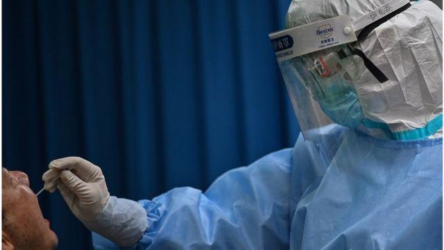 武汉医护人员对市民进行检测