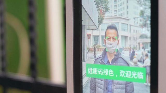 在中国内地,从居住的小区,到工作所在的公司大楼,许多地方都需要民众出示代表健康的绿色码才允许他们进出。